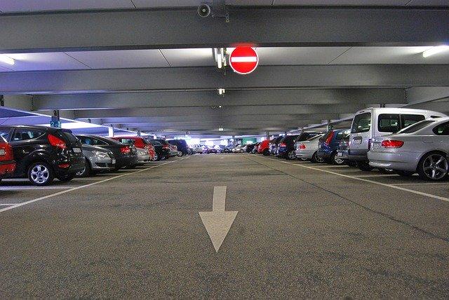 Plné parkoviště.jpg