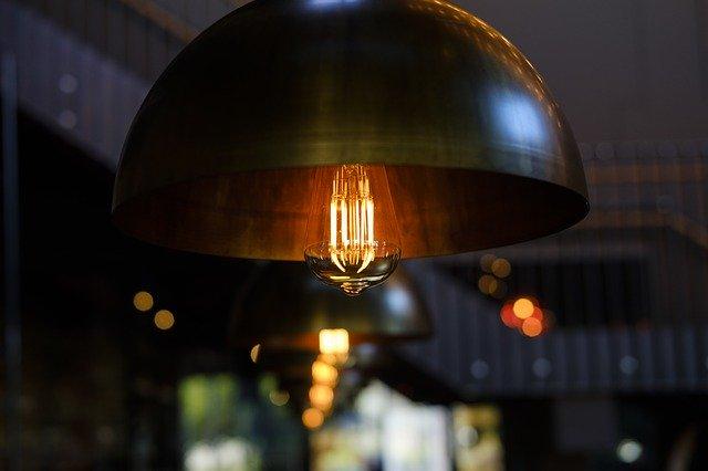 žárovka v kovovém lustru
